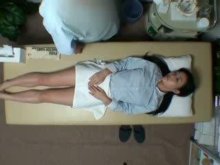 Spycam reluctant дружина seduced по masseur