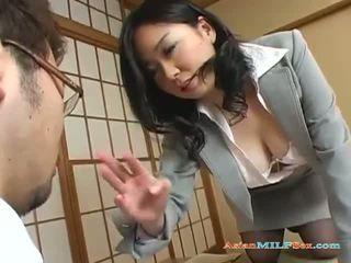 Krūtainas aziāti mammīte gets viņai liels bumbulīši un vāvere licked