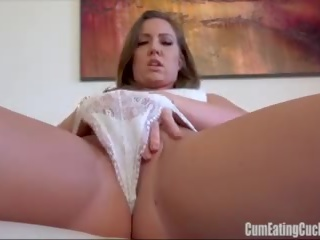 Maddy oreilly rubs لها حلو نتفة furiously