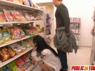 Sora aoi in sterk doggy neuken bij winkel