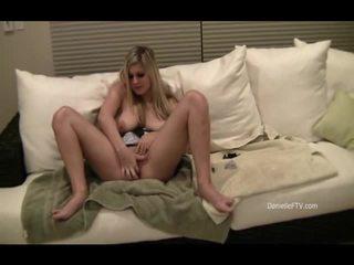 Danielle inserts perles dedans son slit