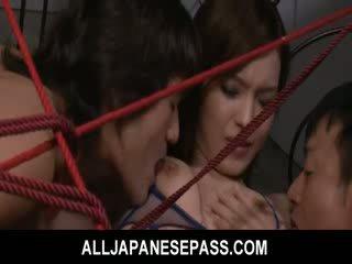 Mei haruka غير tied فوق و takes ثلاثة dongs في لها مهبل و فم.
