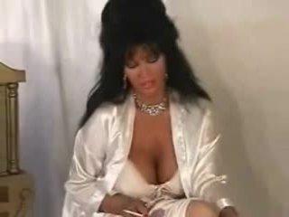 Krūtainas mammīte uz satīns smēķētāji & nepieredzējošas