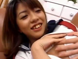 Skaistule japānieši meitene par the dīvāns