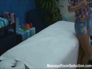 Cindy seduced et baisée par son massage therapist sur caché camera