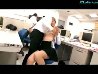 Birojs dāma giving handjob sperma līdz bumbulīši stimulated ar vibrators nepieredzējošas cocks fucked līdz guys par the galds uz the birojs