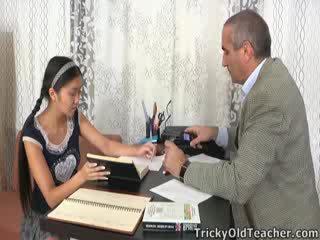 यह एशियन स्टूडेंट होती हे loving the ध्यान से उसकी शिक्षक