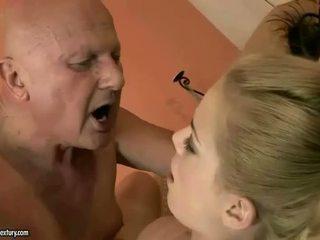 Labai senas senelis loves jaunas mergaitė