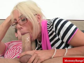 Chick moeder bumped in voorzijde van youngster