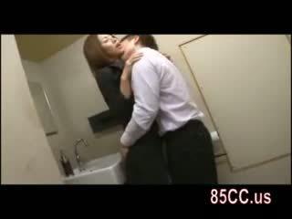 Schattig dame geneukt in toilet door tavern geek