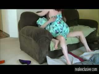 Screwing krāpšana mājsaimniece uz viņai living roo