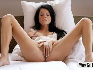 Menarik remaja gadis margot finger fucks dan masturbates dengan sebuah penis buatan
