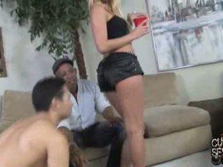 Carla cox doing het voorzijde van een hoorndrager