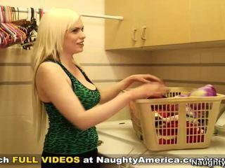 Heureux bloke cheats onto dame ensemble près à son épicé blonde massif rack freind