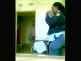 Črno policija officers boning medtem cities are being looted