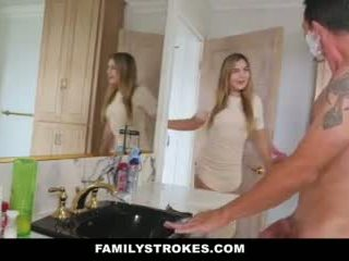 Familystrokes - 딸 fucks step-dad 동안 엄마 showers