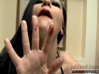 Sexy e maravilhosa audrey bitony pleasures a si mesma em cama para an excelente orgasmo