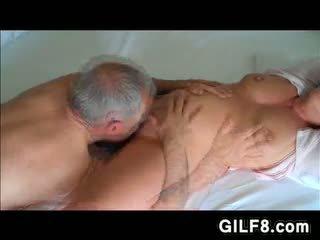Vectēvs licking grandmas pieauguša vāvere