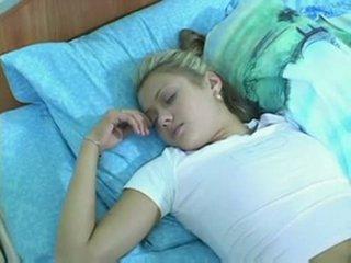她 took 睡眠 pills 和 got screwed
