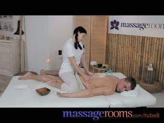 Massage rooms jeune ado avec massif nichons enjoys gros bite dedans son
