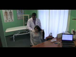 Fake ziekenhuis stiff neck followed door een groot stiff lul