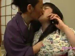 Aziatike adoleshent në kimono gets të saj cica licked