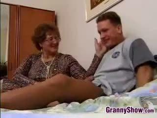 Močiutė gets pakliuvom iki grandson į teisė
