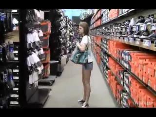 Nikkie e aubrey em o loja teasing e flashing seu forma parts