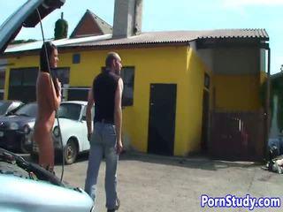 Orang telanjang eurobabe teases mechanics