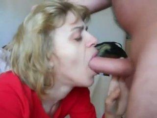 Mama w mouth-fuck n sperma połykanie akcja