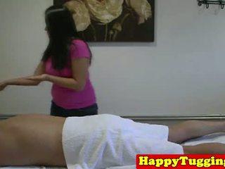 Reāls resnas aziāti masseuse uz dzimumloceklis rubbing