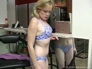 Super sexy ouder dame is zo geil ze has naar masturbate