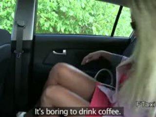 Blondīne uz sarkans kleita ar jauks pakaļa banged uz fake taxi