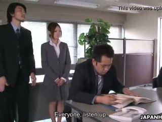 Yoshida getting iedīdītas uz leju par viņai presentation