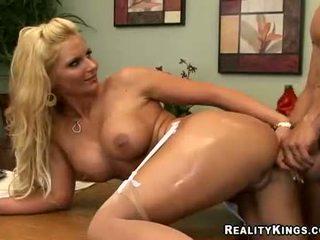Amber peach receives a karstās load no jizz par viņai liels bumbulīši