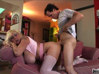 Shelly uses haar groot pantoons naar wrijven neer youthful mans hard lul