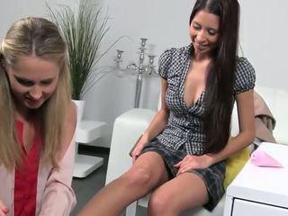 Female agent licks an amateur tiener in haar kantoor
