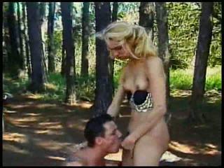 Blondīne mazs bumbulīši shemale fucked uz mežs ar spermas izšāviens par viņai t