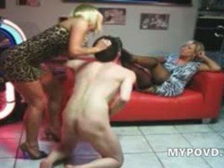 Two blondine rijpere babes behandelen guy zoals slaaf