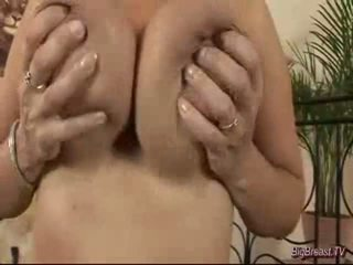 Breasty dame masturband-se
