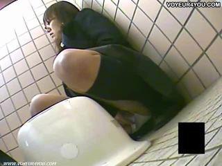 Secret toilettes camera voyeur filles masturbation