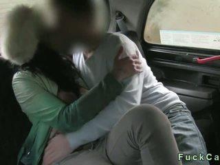 ضخم الثدي امرأة سمراء stunner مارس الجنس في fake taxi