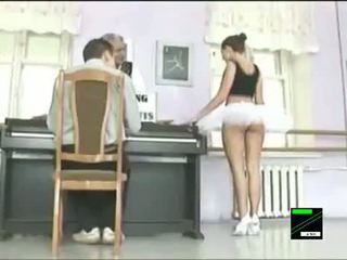 Smieklīgas ballet dancer zem svārkiem prank