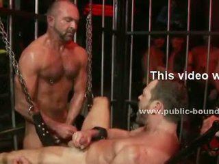 Homo prisoner treated zoals slaaf