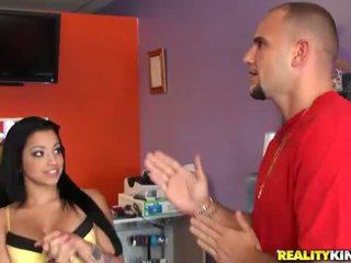 Ung och bystiga latina salesgirl abella anderson