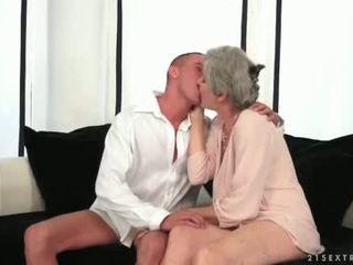 Rondborstig grootmoeder enjoying heet seks met haar jong liefde
