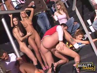 กลุ่มเพศ, ด้ง, การสนุกสนานกันอย่างเป็นบ้าเป็นหลัง