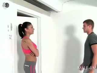 Uzbudinātas fitness trainer giving karstās minēts pēc yoga