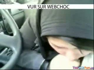 Arab hijab meitene nepieredzējošas loceklis uz automašīna uz automašīna