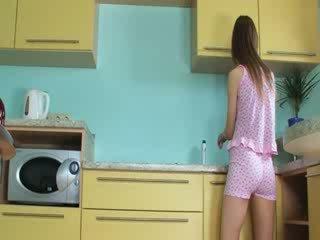 פאר toying חריץ ב the מטבח